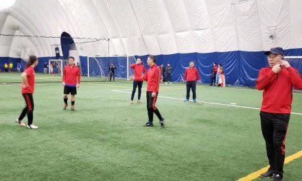 中华人民共和国驻多伦多总领事韩涛热身参加足球开幕式表演赛,拉开2020贺岁杯中国高校校友室内足球赛