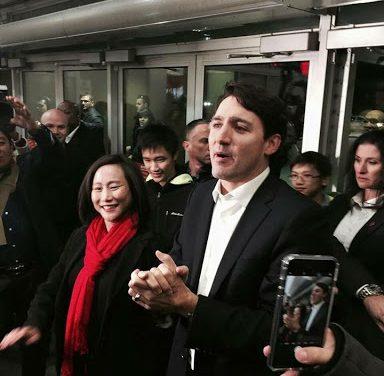 士嘉堡讯》联邦自由党党魁贾斯廷杜鲁多(Justin Trudeau) 22日到访士嘉堡爱静阁区,支持参加该区联邦补选的自由党候选人叶嘉丽(Jean Yip)。