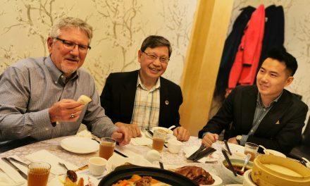 列治文山市长David Barrow和市议员陈志辉探店大鸭梨,支持华人餐饮业,大鸭梨老板感谢自主隔离者和义工,为他们提供送餐服务
